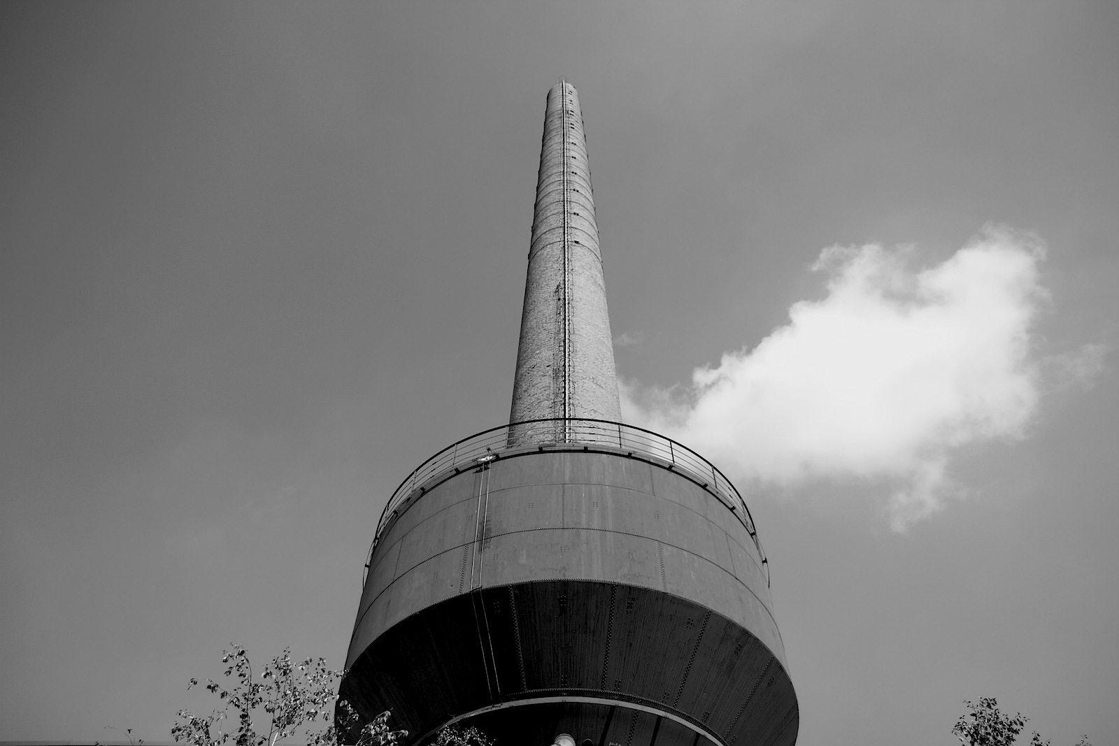 Mies van der Rohe Business Park. Der Schornstein des alten Kesselhauses mit über 70 Meter Höhe