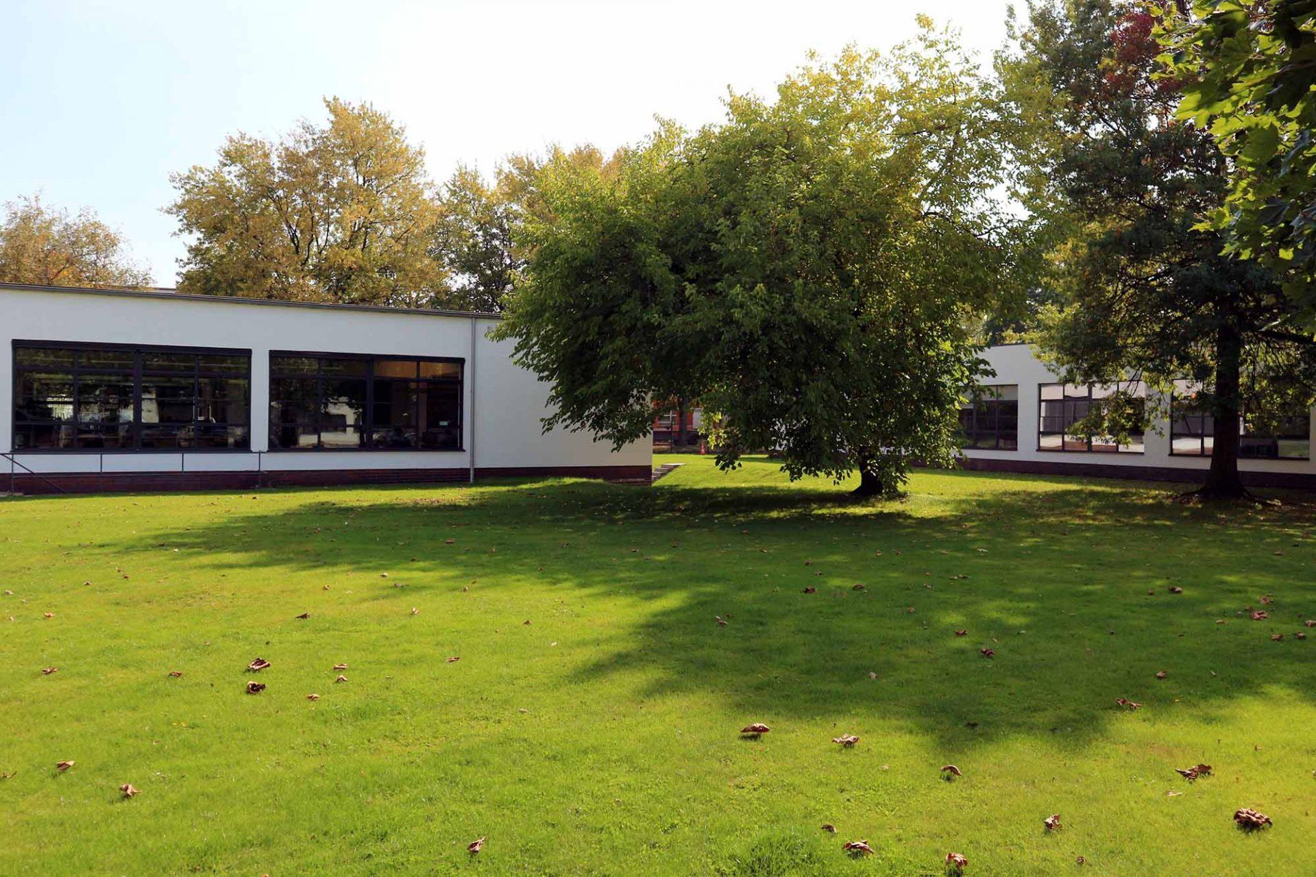 Mies van der Rohe Business Park. ... 1920 gegründet. Die Fusion mehrerer Textilbetriebe entwickelte sich zum größten Hersteller von Krawattenstoffen und Seide.