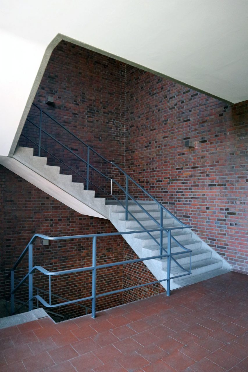 Mies van der Rohe Business Park. Das Haupttreppenhaus hob er mit der Verkleidung durch ...