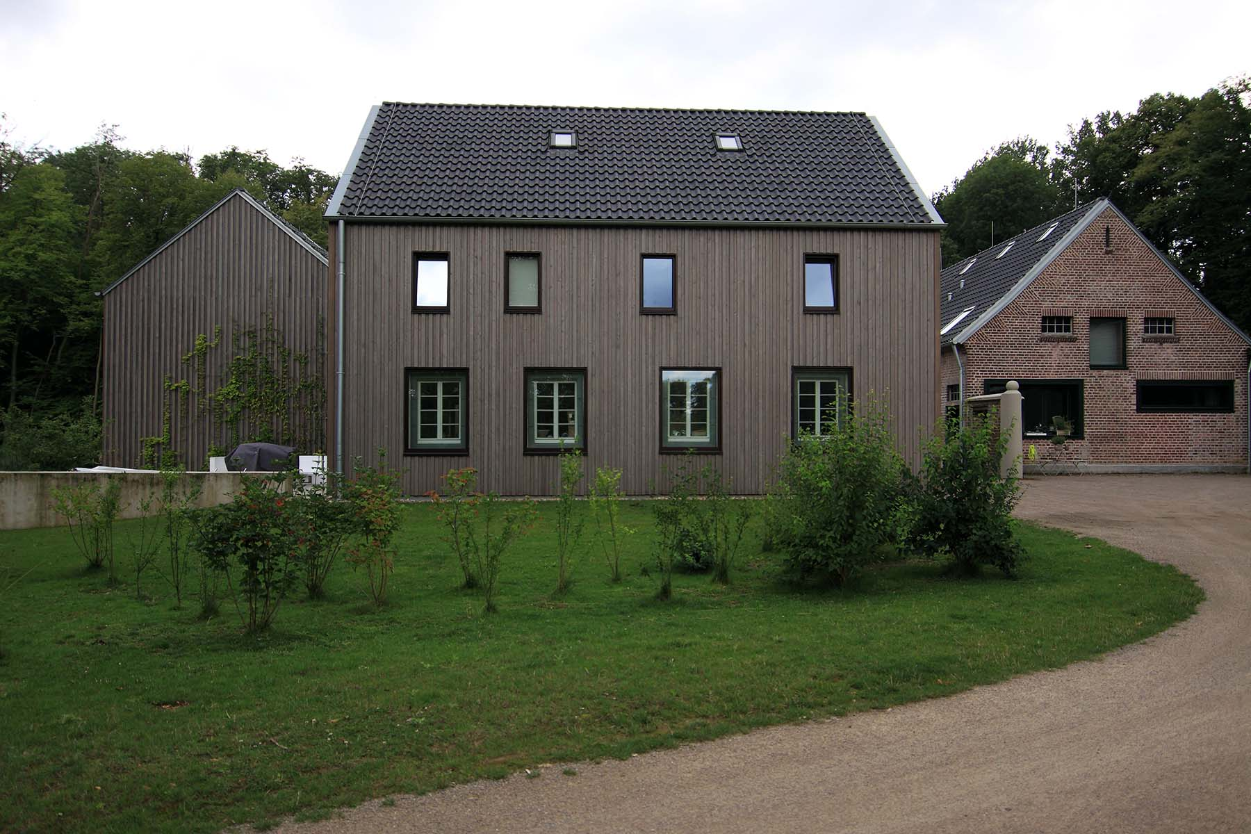 Feldhof in Bachem.  Die Bestandsgebäude wurden rückgebaut, sensibel saniert und durch Neubauten in Holzbauweise ergänzt.
