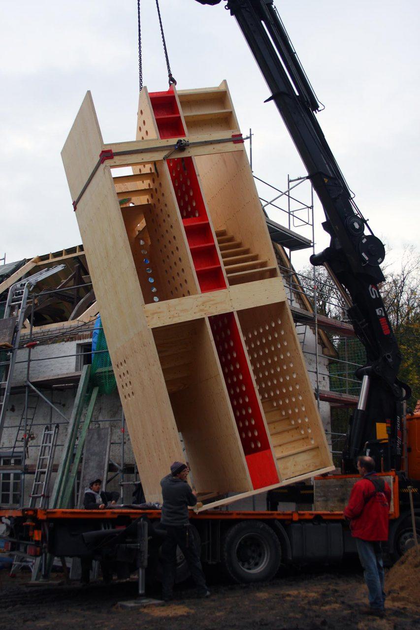 Feldhof in Bachem.  Die Treppenkerne wurden in der Werkstatt gefertigt und vor Ort vollständig montiert.