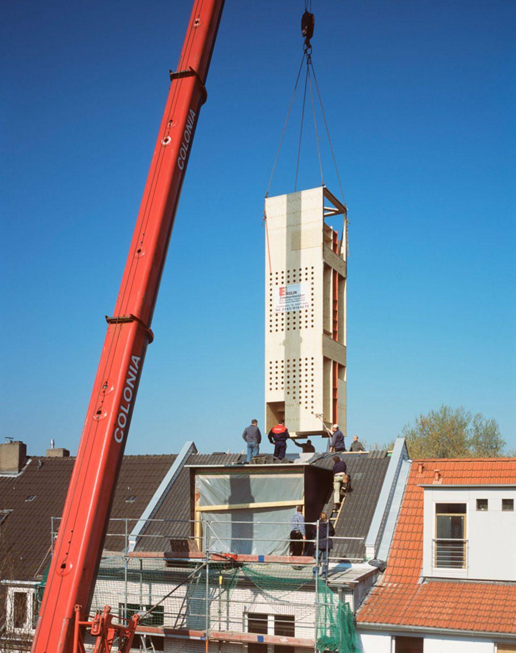 neo_leo. Lüderwaldt Architekten und Erulin arbeiteten bereits ähnlich erfolgreich beim Kölner Projekt neo_leo zusammen. Hier verwandelt eine in der Schreinerwerkstatt komplett vorgefertigte und mit einem Kran durch das geöffnete Dach eingehobene hochformatige Holzkiste aus großformatigen Tafeln die Obergeschosse eines Gründerzeithauses in eine Wohnung über drei Etagen.