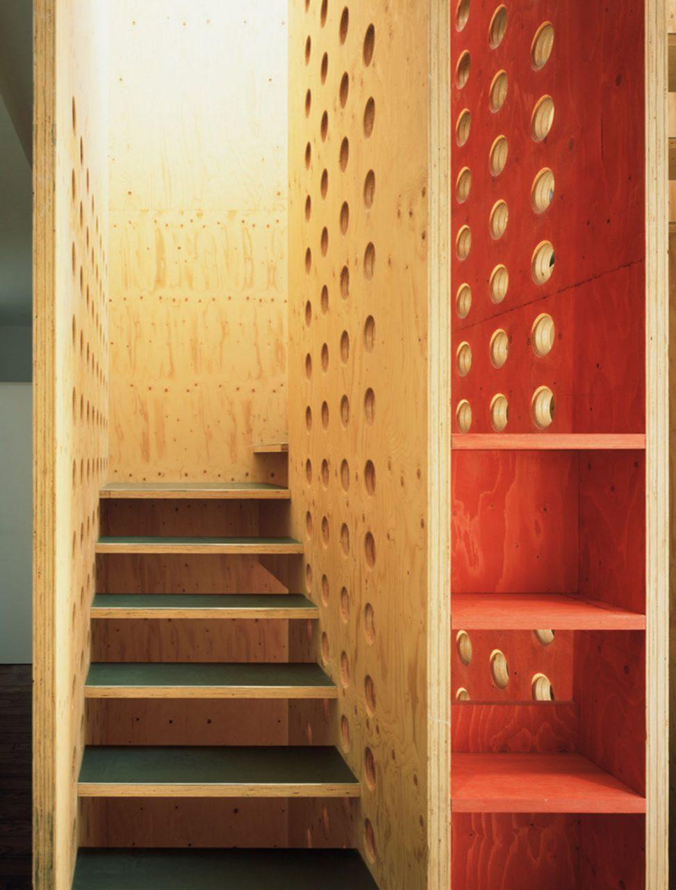 neo_leo.  Die wie Möbel verzapften und gedübelten Platten bilden eine eigenständige, selbst aussteifende Konstruktion.