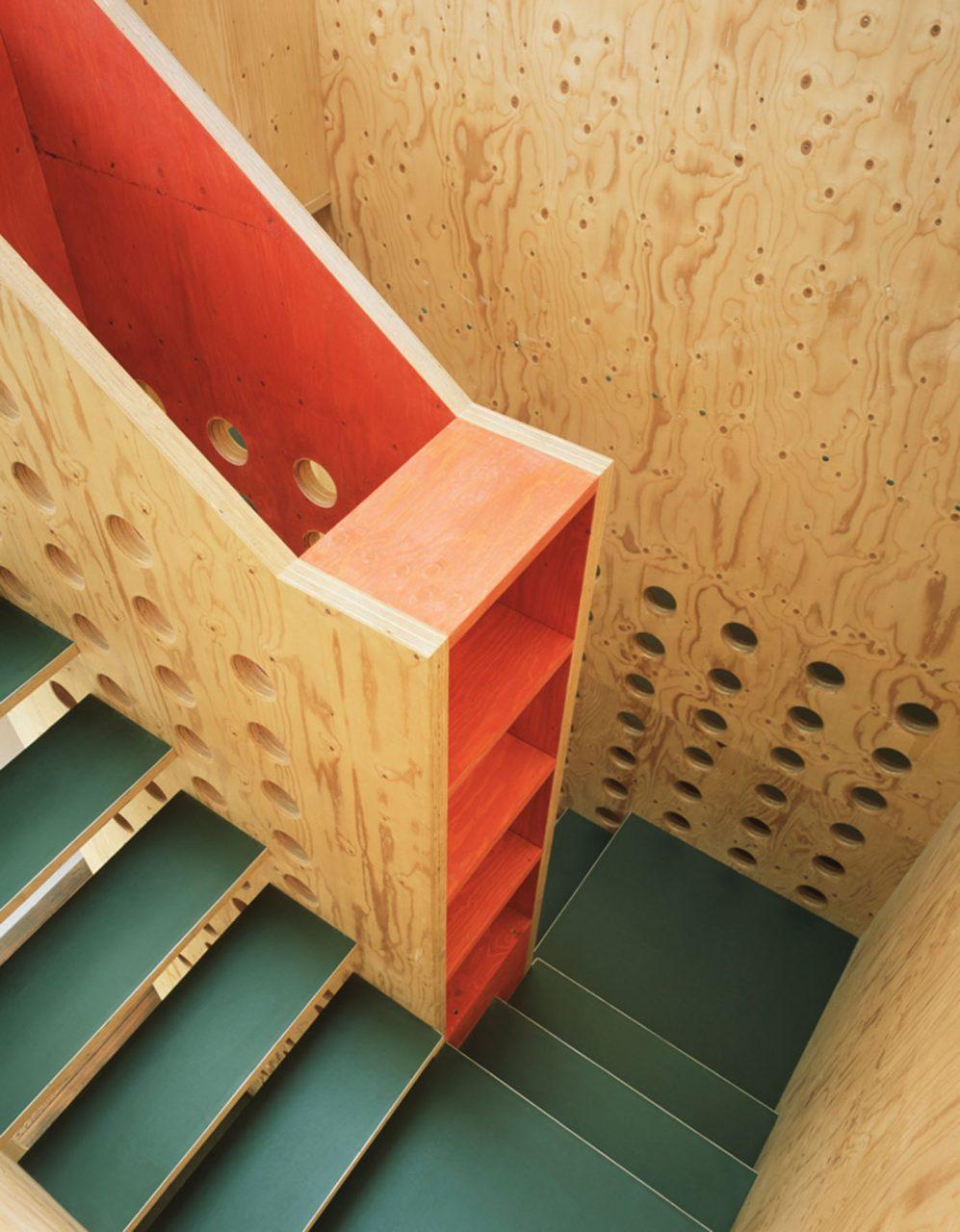 neo_leo. Die Treppe ist zugleich ein Wohnmöbel und dient auf dem Weg durch die drei Ebenen als Geländer, Raumteiler, Schrank, Regal.