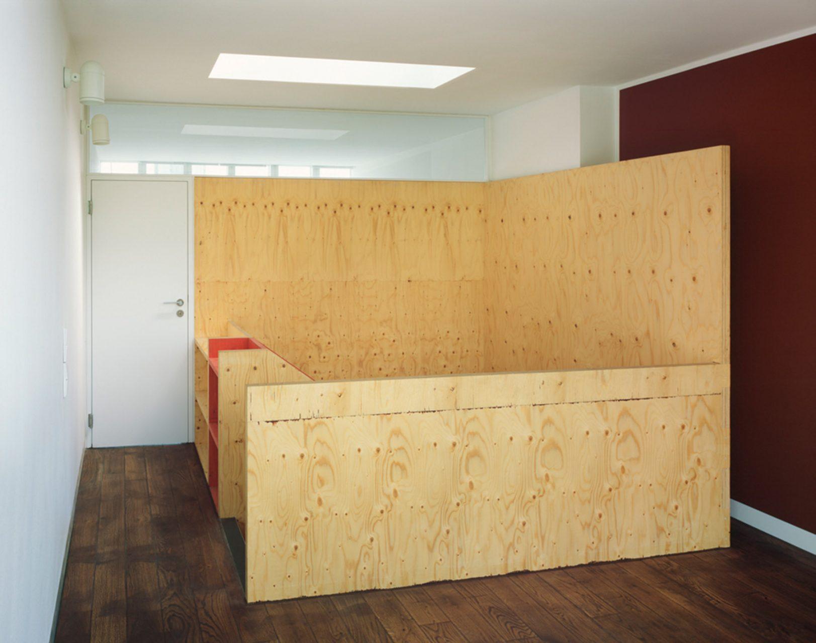 neo_leo. Sie gibt der Wohnung als orangerot leuchtende Skulptur einen neuen Mittepunkt und endet unter einem Oberlicht in einem großzügig verglasten Studio im Dachgeschoss. Das Projekt erhielt 2006 den Holzbaupreis NRW sowie den Kölner Architekturpreis.