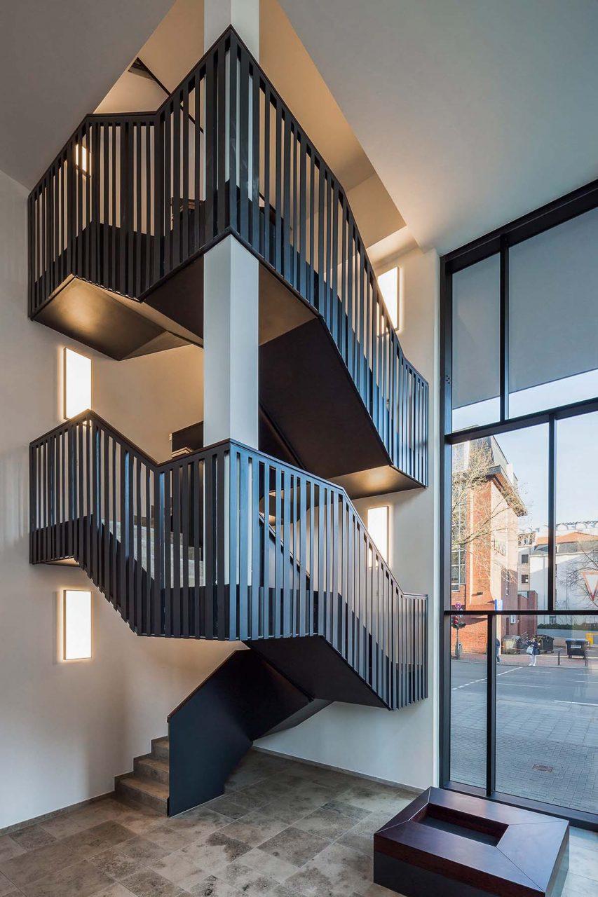 Magnus 31. Skulptural anmutende Treppe im Eingangsbereich