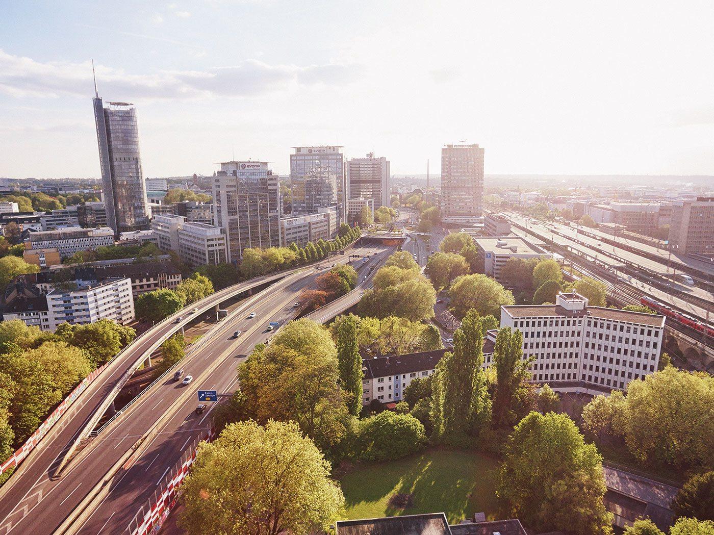 """Essen.  """" ... vor dem RWE-Tower sitzt man mit Blick auf die A40 und hat die Skulptur 'Steile Lagerung' des Düsseldorfer Bildhauers Max Kratz im Rücken und kann den stetigen Strom der A40 zusehen."""" - Florian Kolominski"""