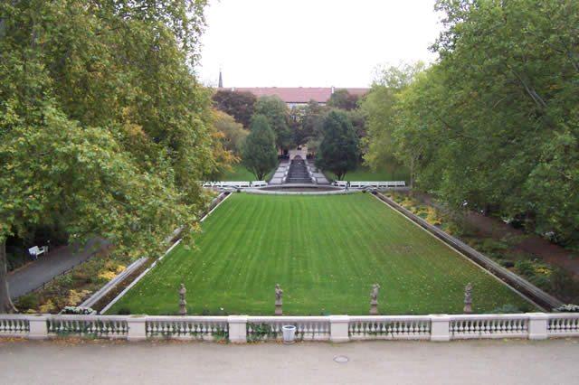 Körnerpark.  Die Schlosspark-ähnliche Anlage wurde in einer ehemaligen Kiesgrube angelegt, die der Besitzer Franz Körner 1910 der damaligen Stadt Rixdorf abtrat.