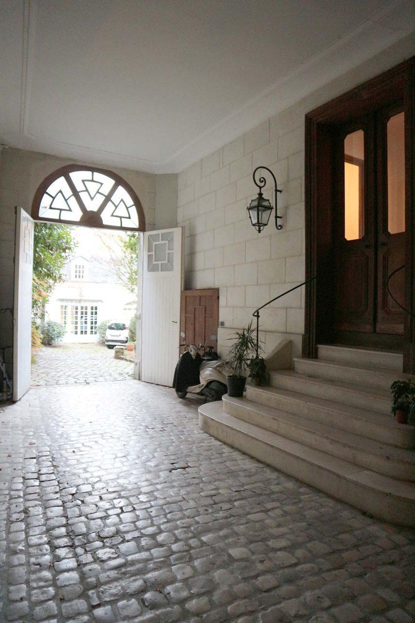 La maison Jules. ... entfaltet sich die bezaubernde Atmosphäre, sobald man das große Holztor durchschritten hat.