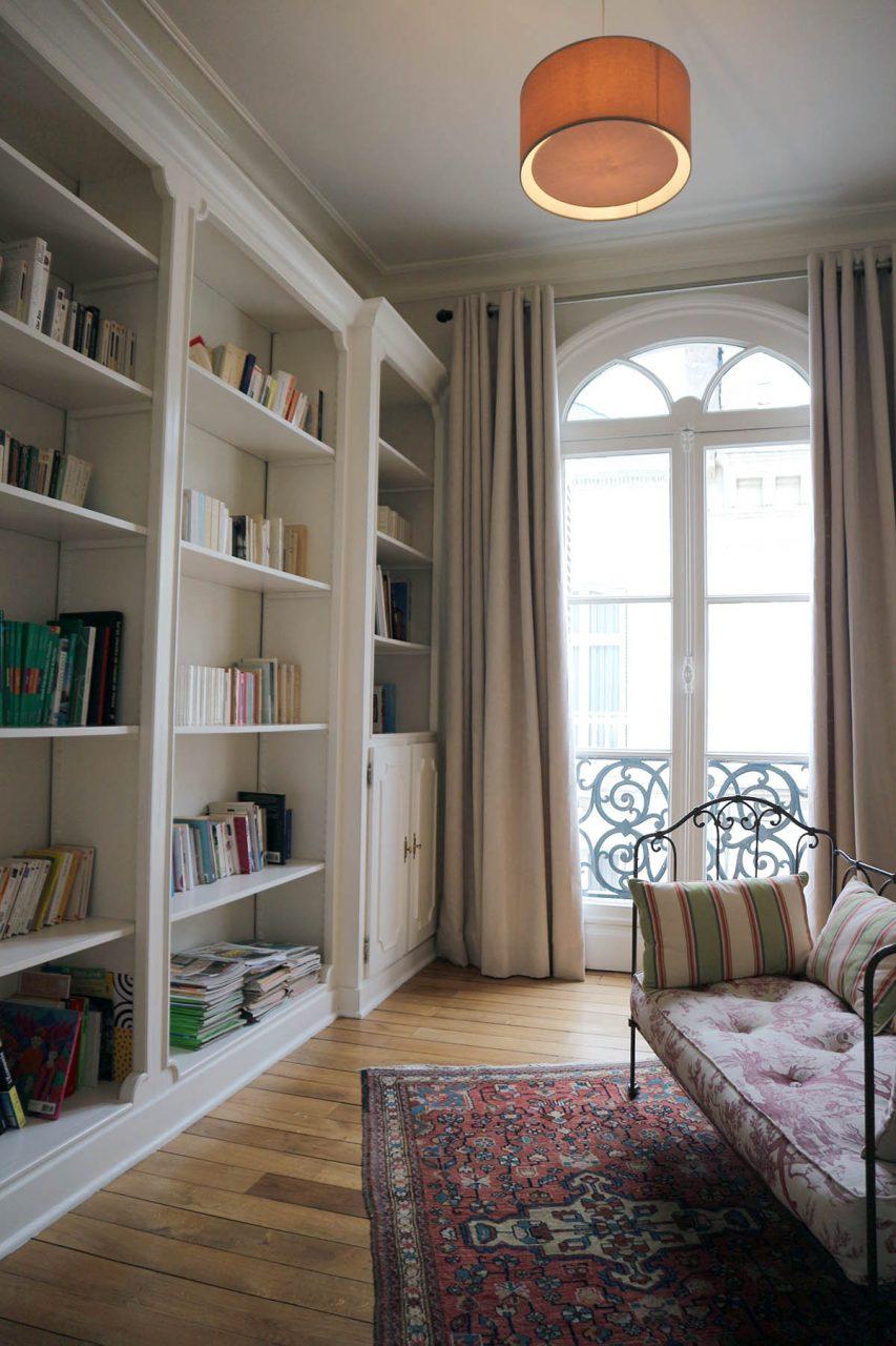 La maison Jules. Die Bibliothek in der ersten Etage ist für alle Gäste zugänglich.