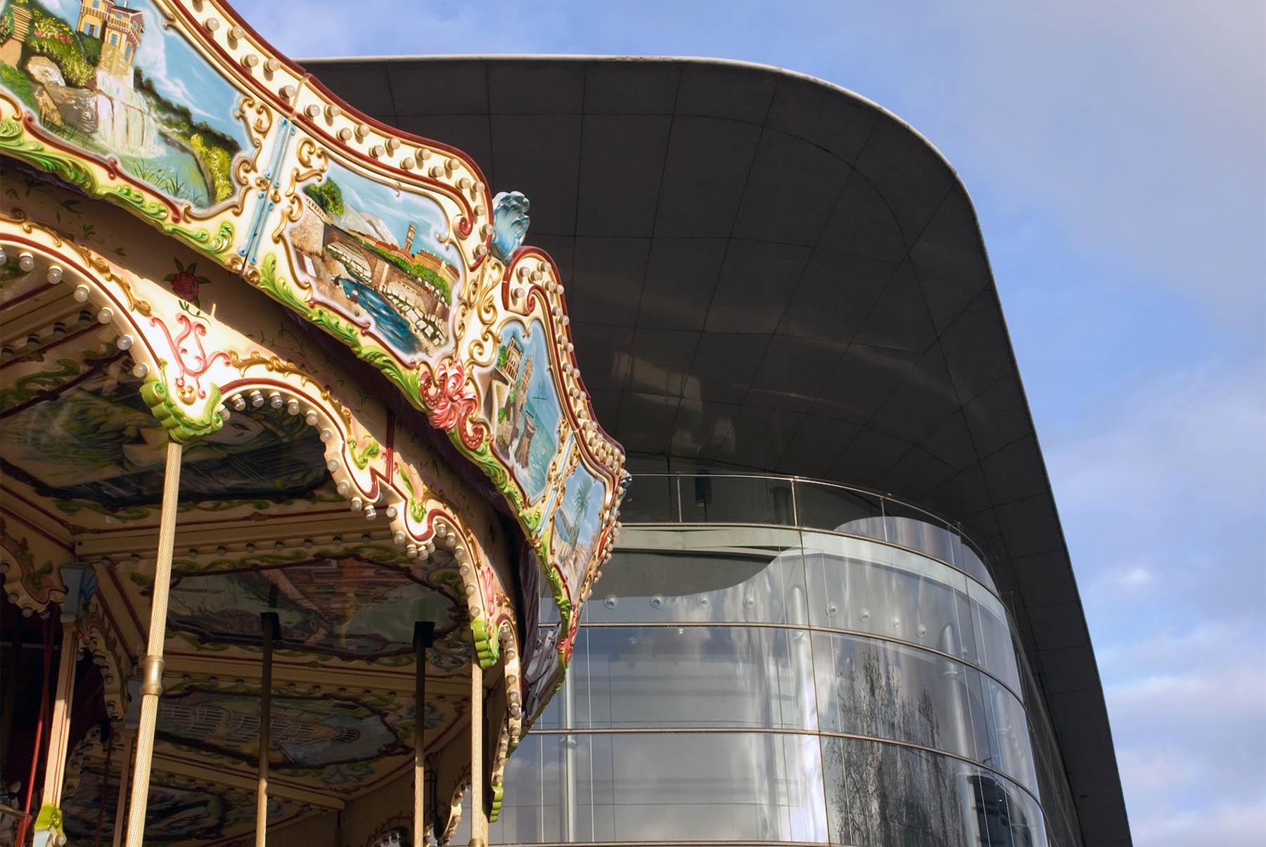 Tours. ... und zeitgenössischer Architektur wie Jean Nouvels Kongresszentrum Leonardo da Vinci.
