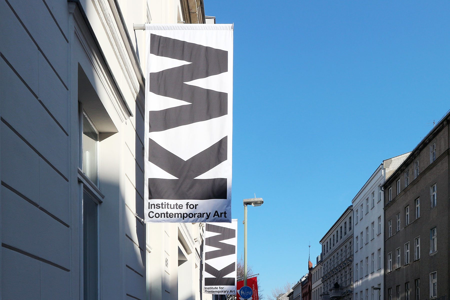 KW. Die Kunst-Werke Berlin wurden Anfang der 1990er-Jahre von Klaus Biesenbach und einer Gruppe junger Kunstinteressierter in einer ehemaligen Margarinefabrik in Berlin-Mitte gegründet.