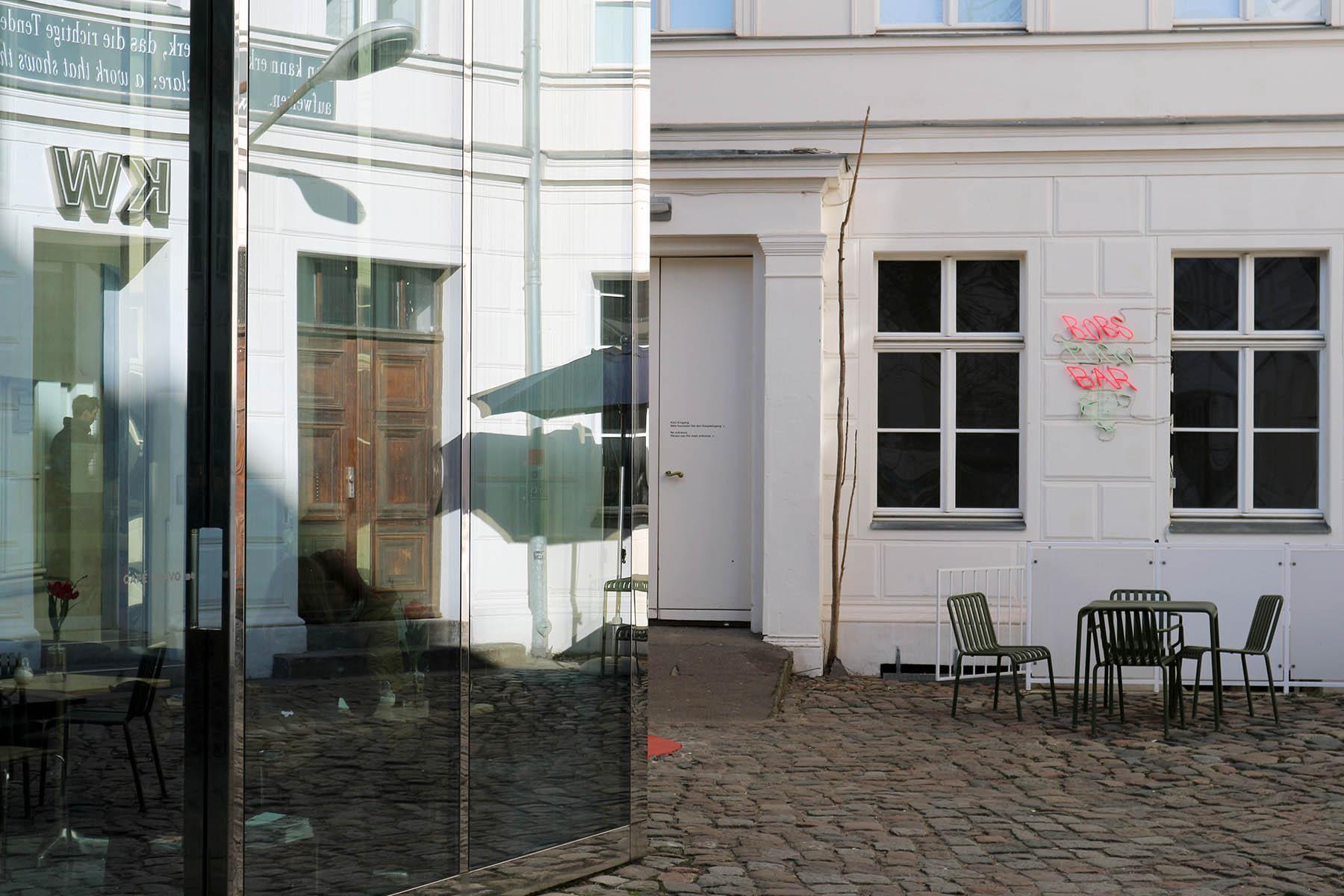 KW. Heute zählen sie zu den etabliertesten Berliner Orten zeitgenössischer Kunst. Das spiegelnde Café Bravo im Innenhof konzipierte der amerikanische Bildhauer, Konzept- und Videokünstler Dan Graham.