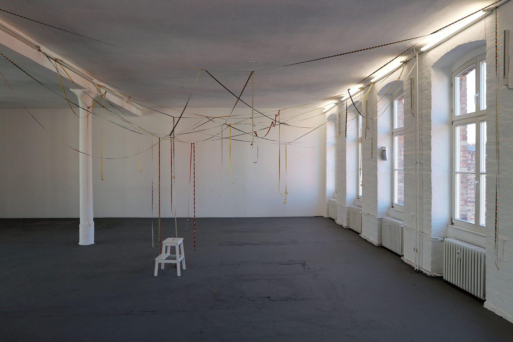 """Luftschlangen. Neben Hejduk bezieht sich Hopf auf ihre frühere Kollegin Annette Wehrmann. Die Installation """"Luftschlangen"""" ist auf der 3. Etage zu sehen."""