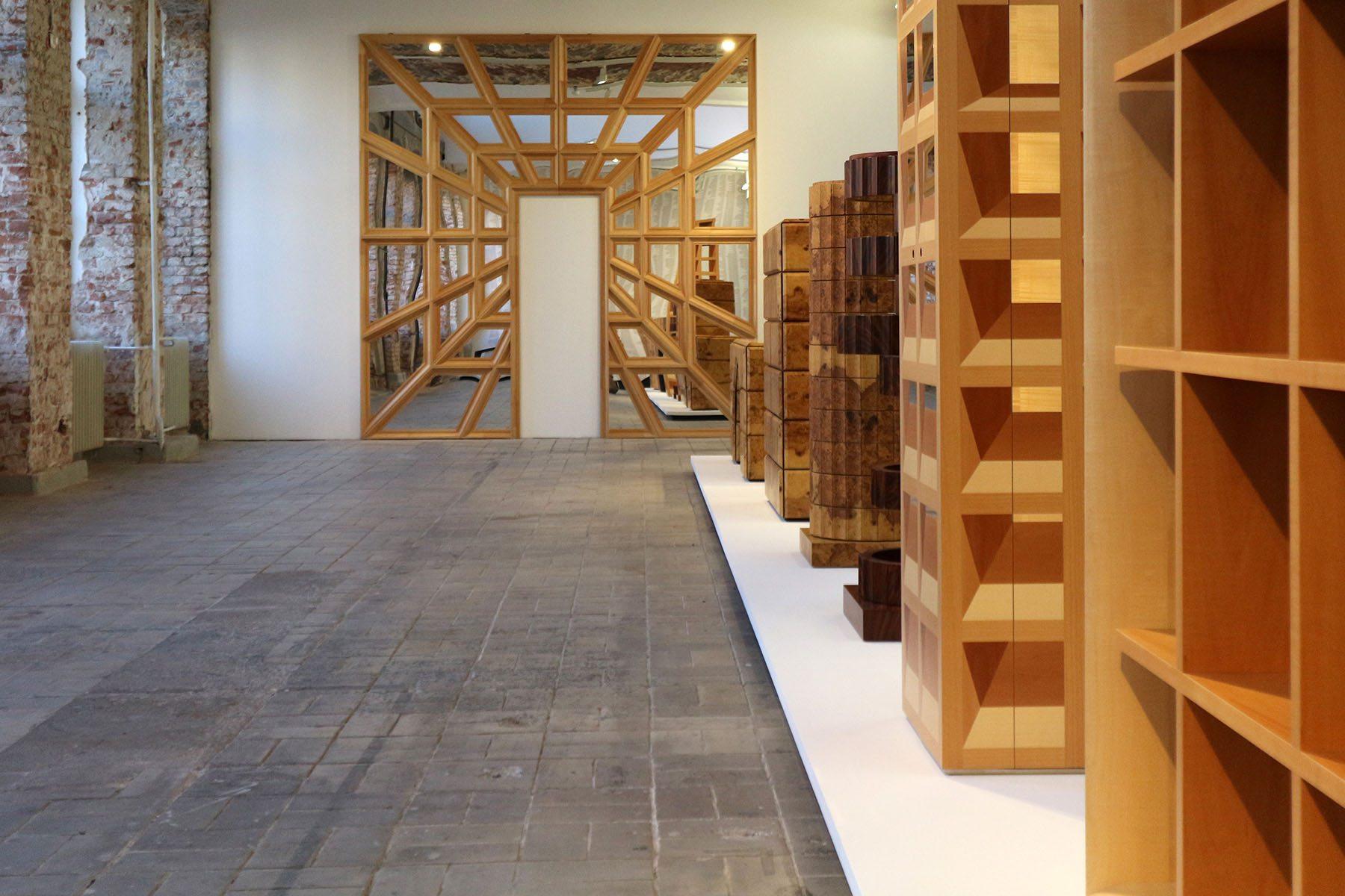 The Log-O-Rithmic Slide Rule: A Retrospective. Anlässlich dieser Ausstellung stellten sie ihr Konzept eines kritischen Manierismus vor, der sich gegen die erstarrte Klassizität in der Architektur richtet.