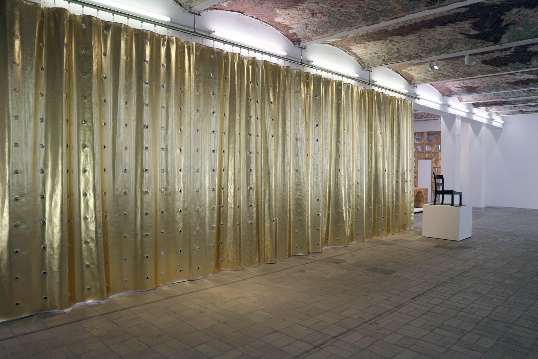 The Log-O-Rithmic Slide Rule: A Retrospective. Im Rahmen der Ausstellung installierte Petra Blaisse ihren goldenen Vorhang Jubilee in Gold (2017), der als ausstellungsarchitektonisches Element den Raum gliedert und die manieristischen Strategien der Haussmannschen Verfremdung aufnimmt.