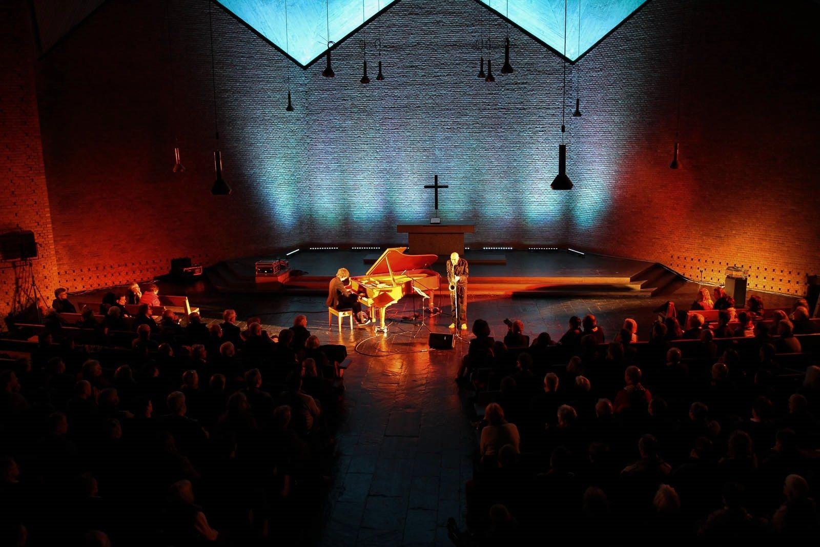 Christuskirche.  Die Kirche als Hör-Raum mit über 850 Sitzplätzen und einer 60 Quadratmeter großen Bühne: keine Pfeiler, keine Seitenschiffe, kein kathedraler Hall-Effekt.