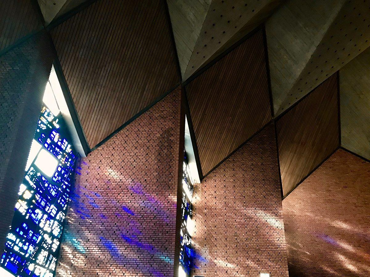 """Christuskirche Bochum.  Er begründete die """"Braunschweiger Schule"""", die auf den besonderen Umgang mit im Krieg zerstörten Baudenkmalen bekannt wurde."""