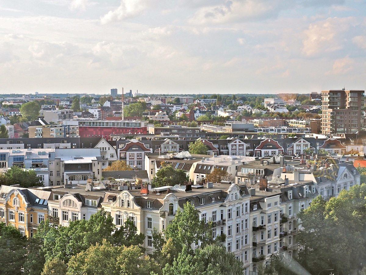 Noble Nachbarschaft.. Der Blick nach Norden streift über stattliche Etagenhäuser, wie sie bis zu einer Bombennacht im Sommer 1943 auch auf dem Gelände der Grindelhochhäuser standen.
