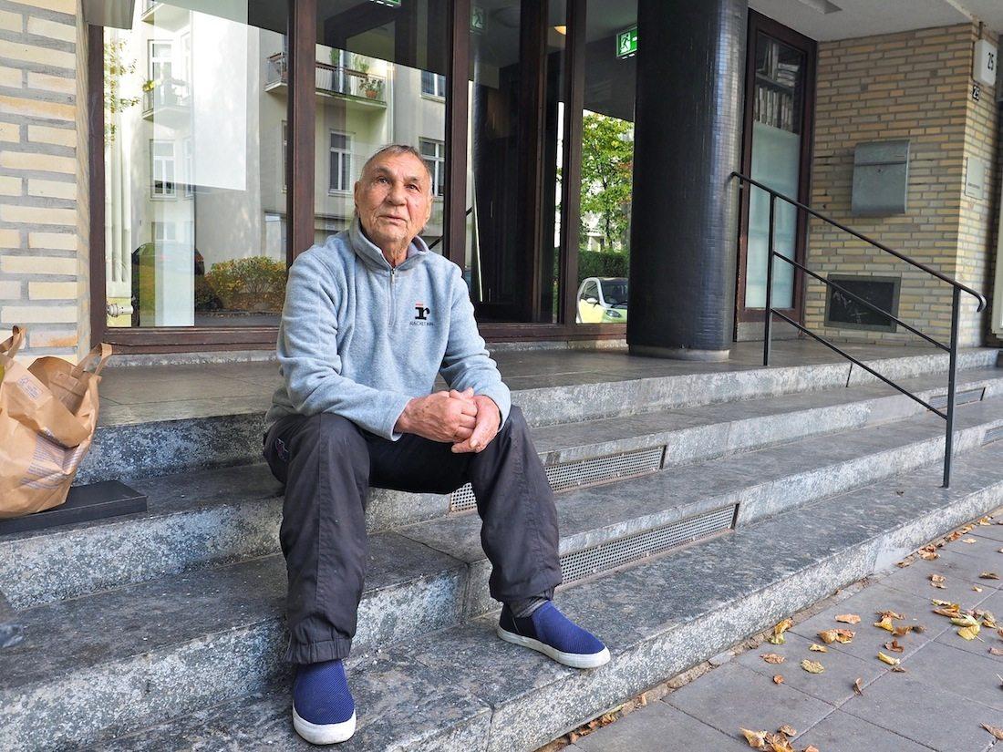 Fast fünfzig Jahre unter einem Dach.. Seit den Siebzigern erlebt Ernst Schönfeld das Kommen und Gehen in den Grindelhochhäusern mit. Auch in der harten Phase der Sanierung hat er seine gute Laune nicht verloren.