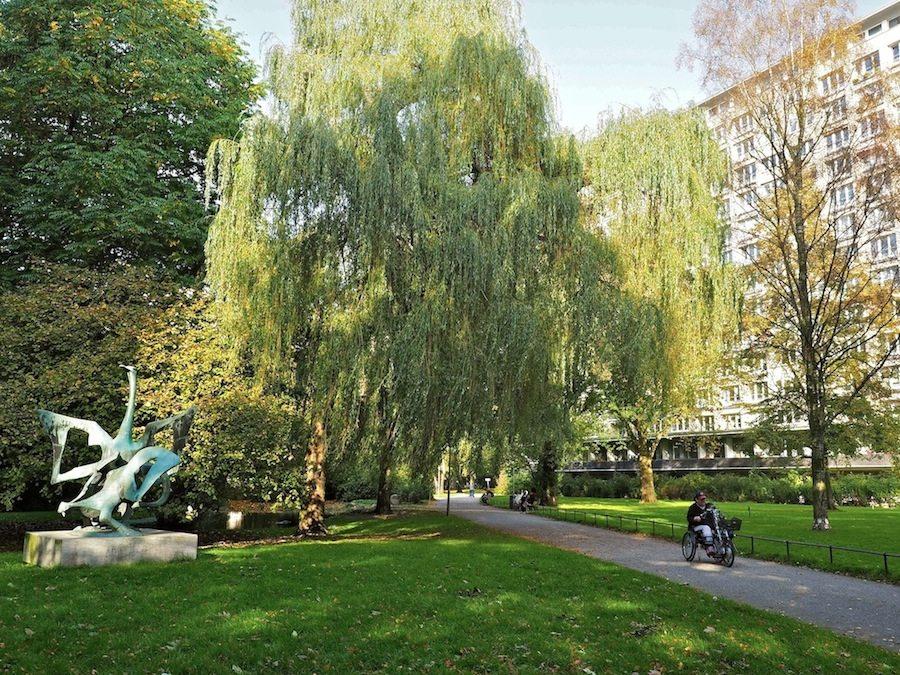 Treffpunkt für alle.. Die weitaus meisten Bewohner können den Blick in den Park genießen. Hundert Meter Abstand halten die Hochhausblocks voneinander, viel Fläche, auf der das Gartenbauamt seit siebzig Jahren Rasen und Bäume wachsen lässt.