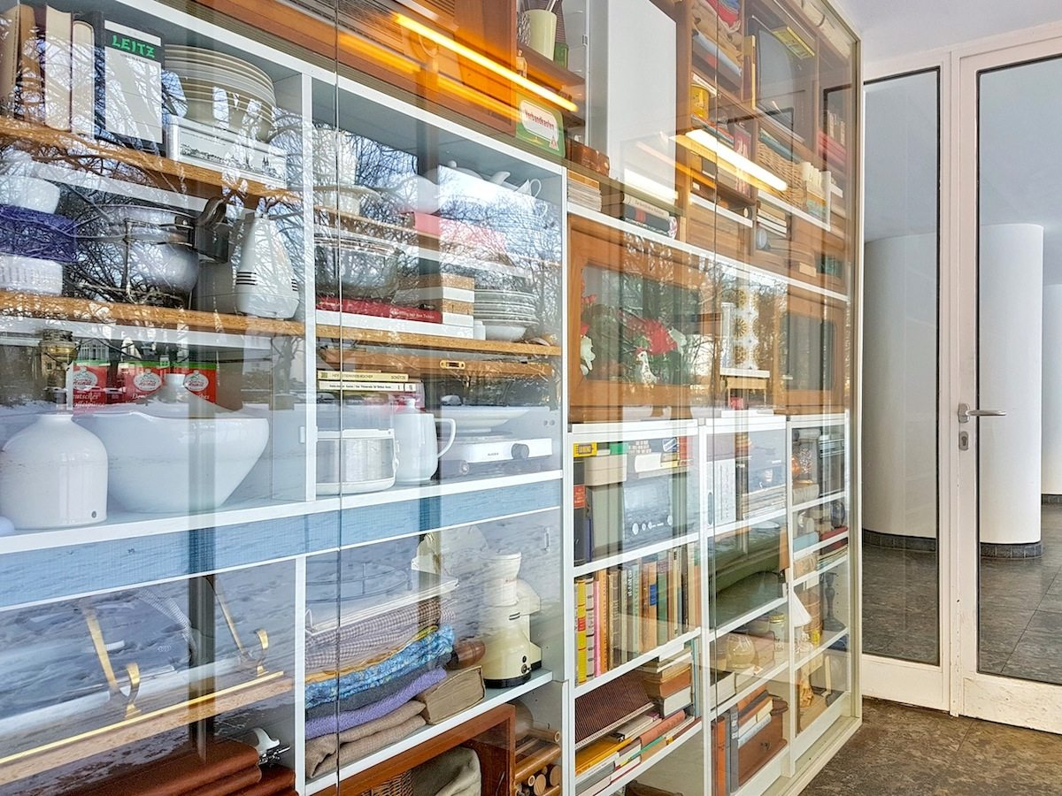 Spuren eines Lebens.. Wohntableau # 1 heißt das Objekt, mit dem Markus Lohmann einen Preis beim Kunstwettbewerb der Saga gewonnen hat. Es archiviert Besitztümer von Frau T., die bis zu ihrem Tod 2013 jahrzehntelang in einem der Grindelhochhäuser gewohnt hat. In einem Nebeneingang zur Oberstraße 18 haben die Vitrinen ihren Platz gefunden.