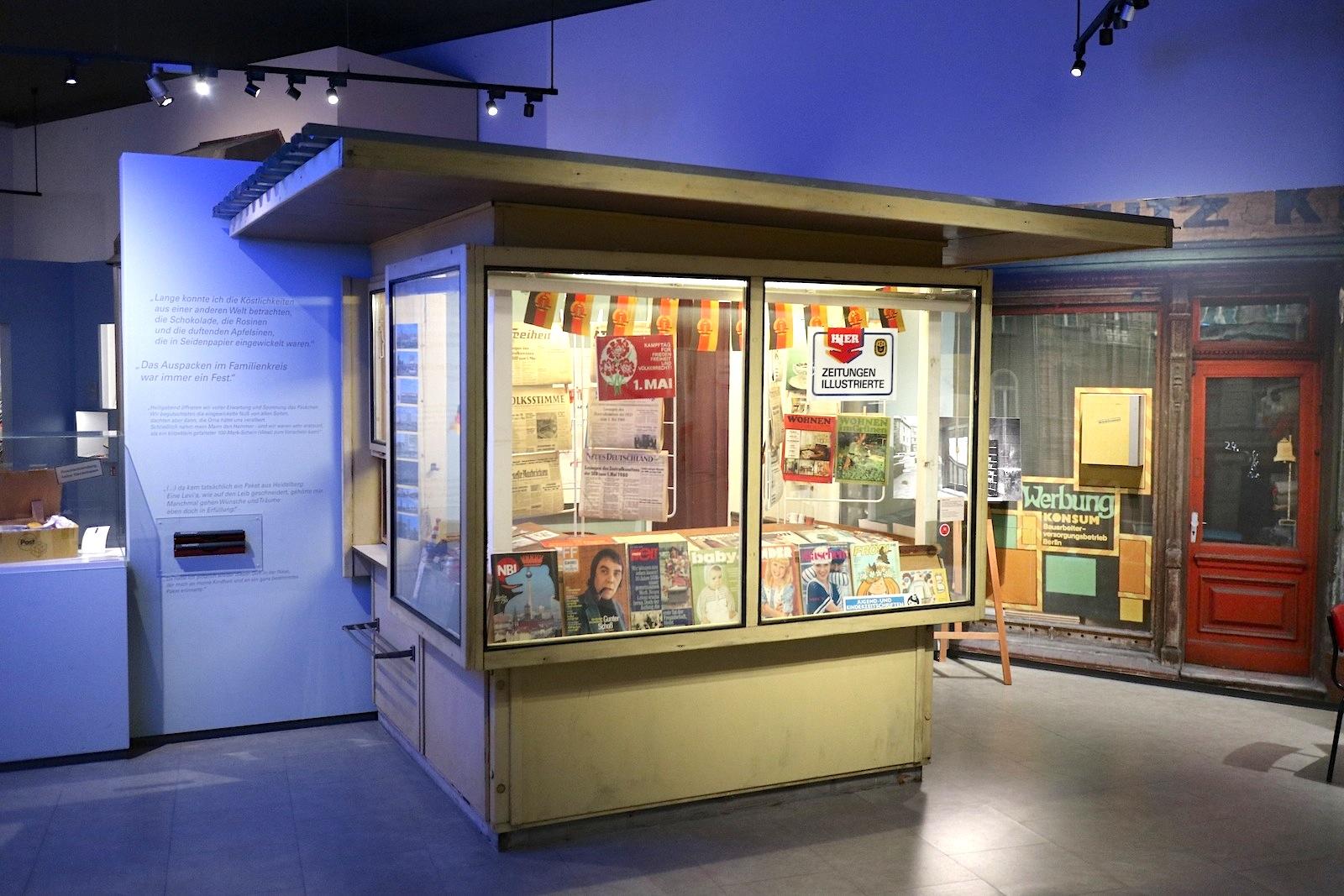 Museum in der Kulturbrauerei. Originaler Zeitungskiosk