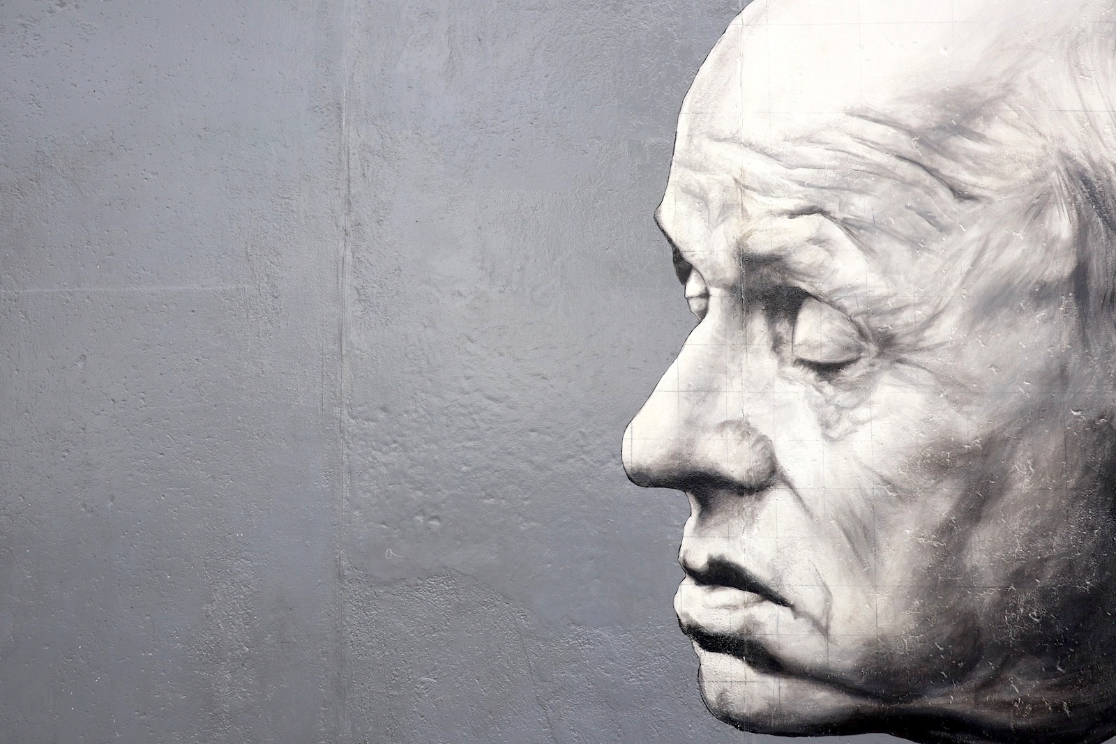 """East Side Gallery. Kann als Ergänzung zum Gang am längsten erhaltenen Mauerabschnitt besucht werden. Das Bild zeigt das Werk """"Danke André Sacharow"""" von Dimitri Vrubel."""