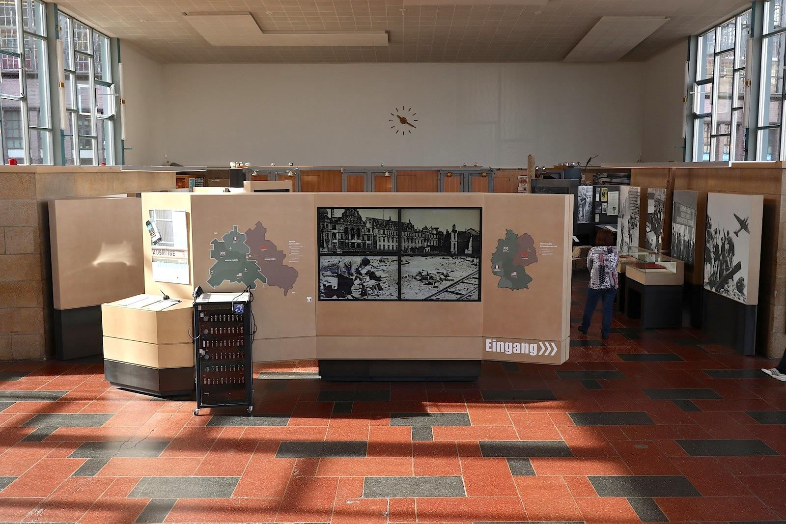 Tränenpalast. Lichtdurchfluteter Ausstellungsraum