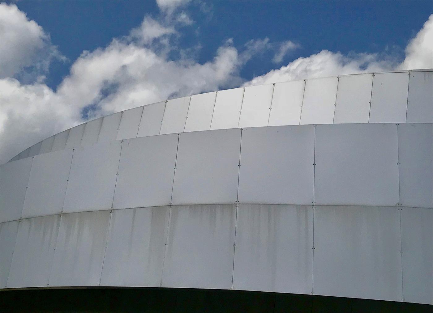 KSEVT. Silberne Aluminiumfassade