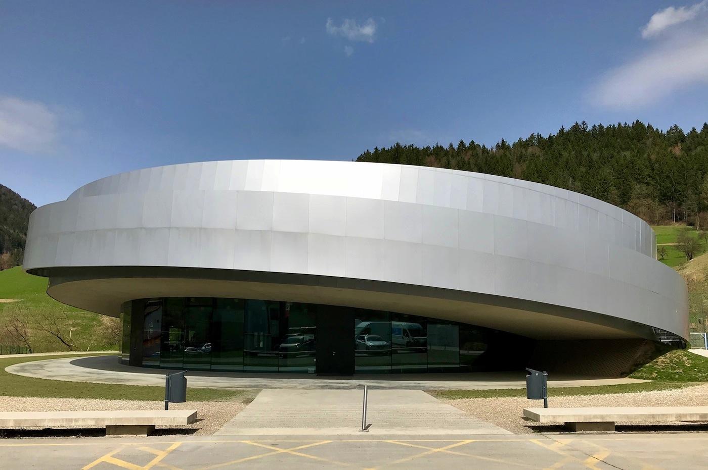 KSEVT. Kulturzentrum für europäische Raumfahrttechnologien. Entwurf: OFIS, Sadar + Vuga, Dekleva-Gregorič und Bevk-Perović. Fertigstellung: 2012.