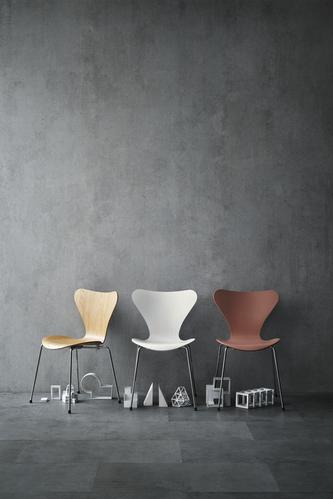 """Serie 7. Von 1950 an gestaltete er auch Möbel, die auch heute noch begehrt sind und nach wie vor produziert werden. 1952 schuf er den Stuhl """"Ant Chair"""" (Ameise) für den dänischen Möbelhersteller Fritz Hansen, der heute noch in verschiedenen Farben erhältlich ist. Die Serie 7 (1955, siehe Foto) entwickelte sich zur meist verkauften Stuhlserie weltweit."""