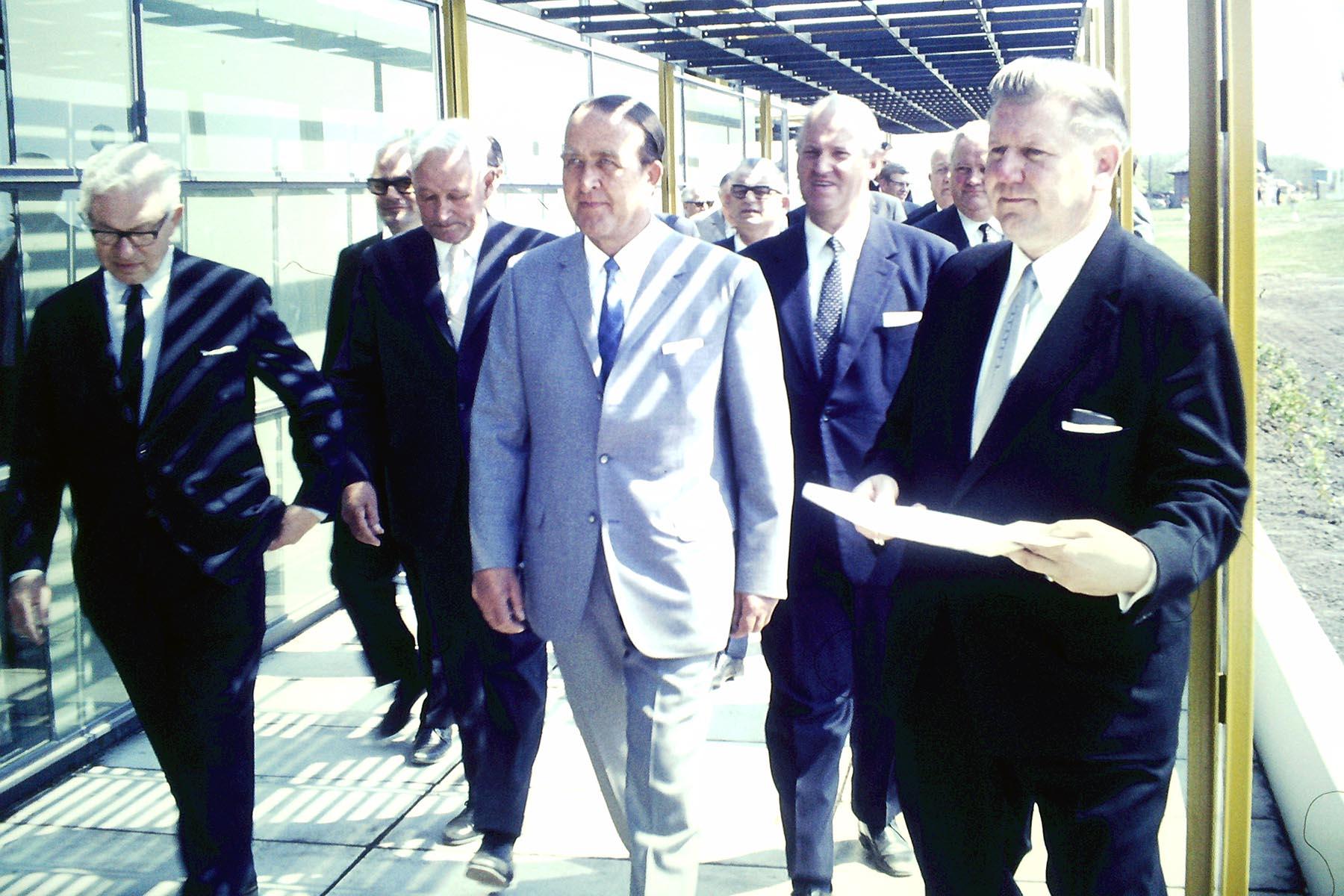 Haus des Kurgastes. Bei der Eröffnung mit Arne Jacobsen (li.)