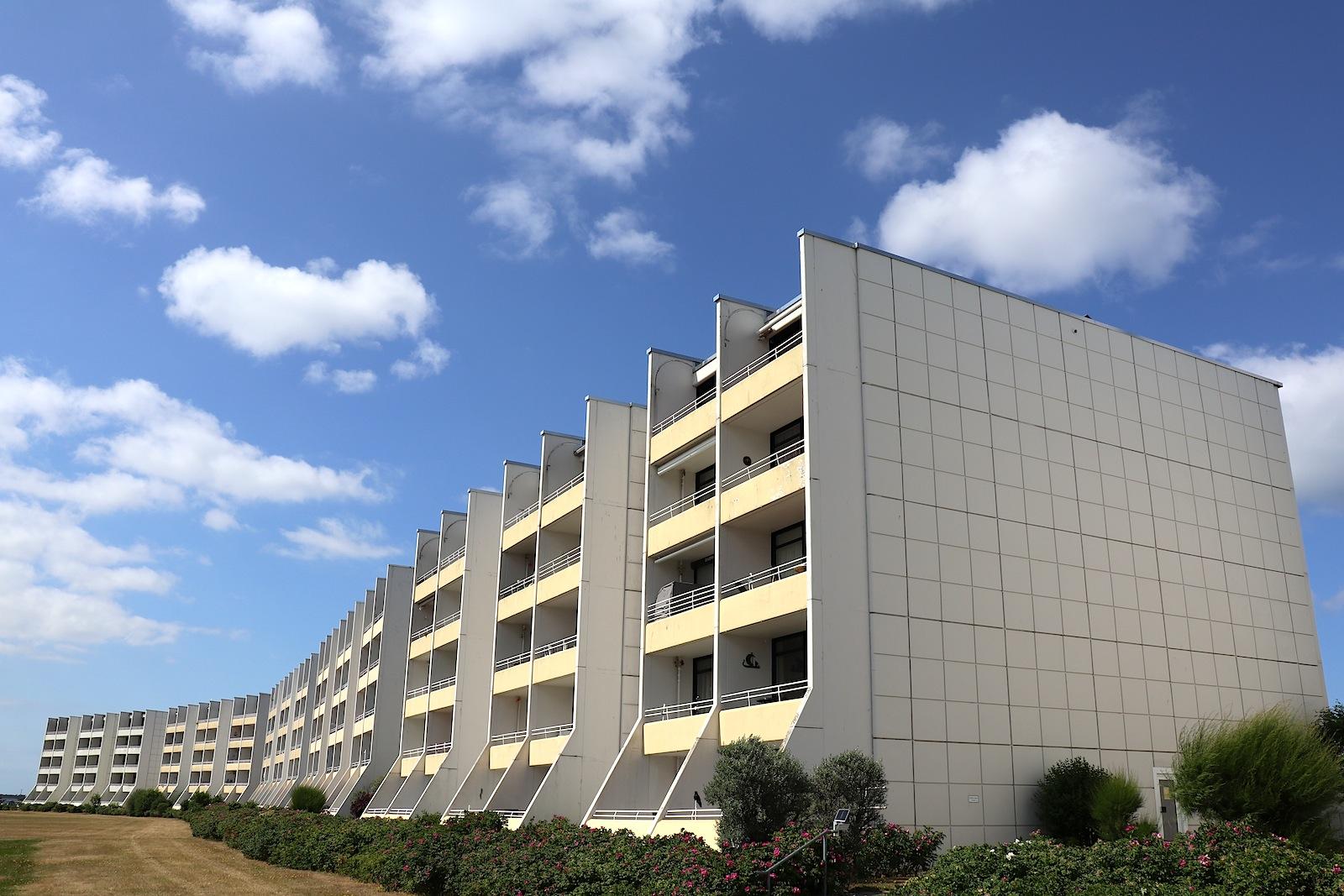 Apartmentsiedlung. Neun drei- und fünfgeschossige, linienförmige Apartmentkomplexe stehen im Westteil der Halbinsel.