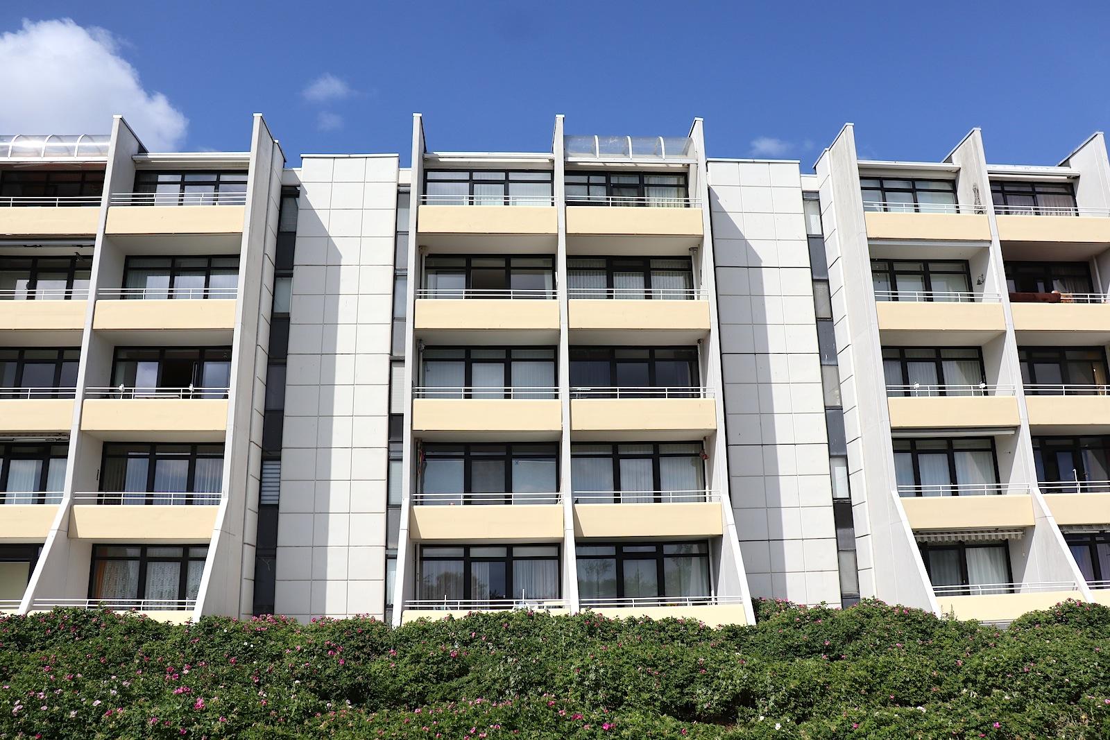 Apartmentsiedlung. Ein Großteil der Apartments und Bungalows gehört nach wie vor den Erstbesitzerinnen und -besitzern.
