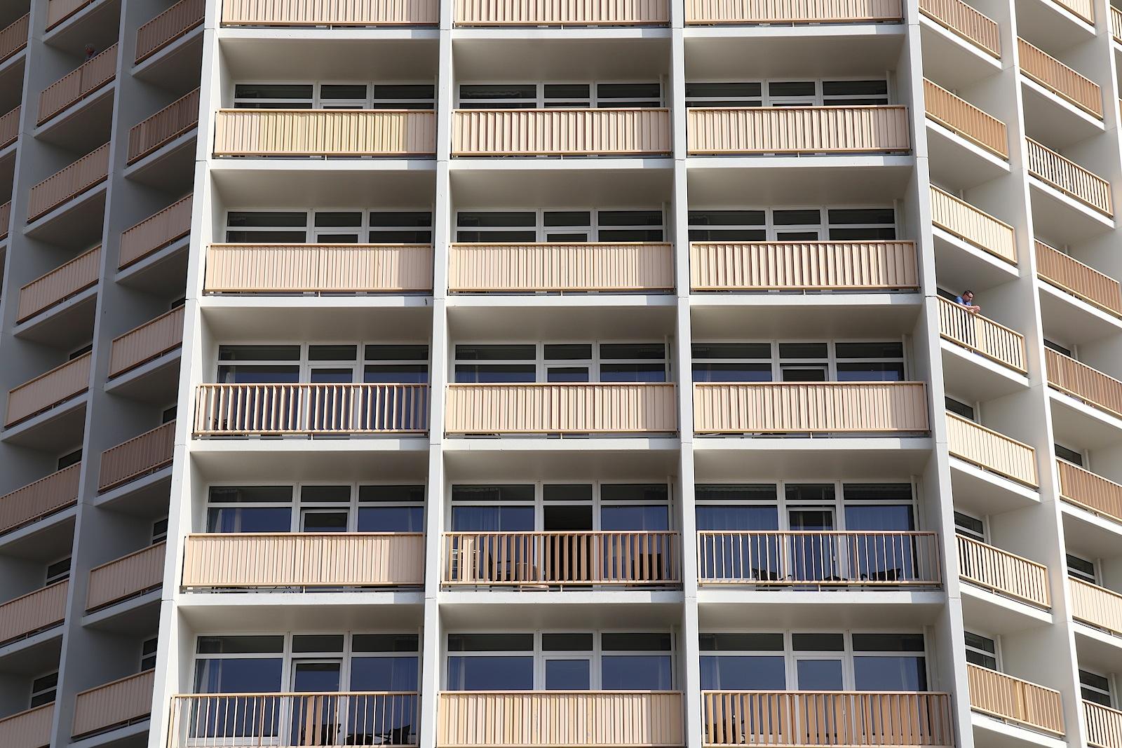 Fassadenspiel. des IFA-Fernblickhauses Berlin. Pro Etage gibt es jeweils neun Zimmer, die alle Meerblick haben. Besonderes Merkmal: die manuell verstellbaren Lamellen der Balkone.