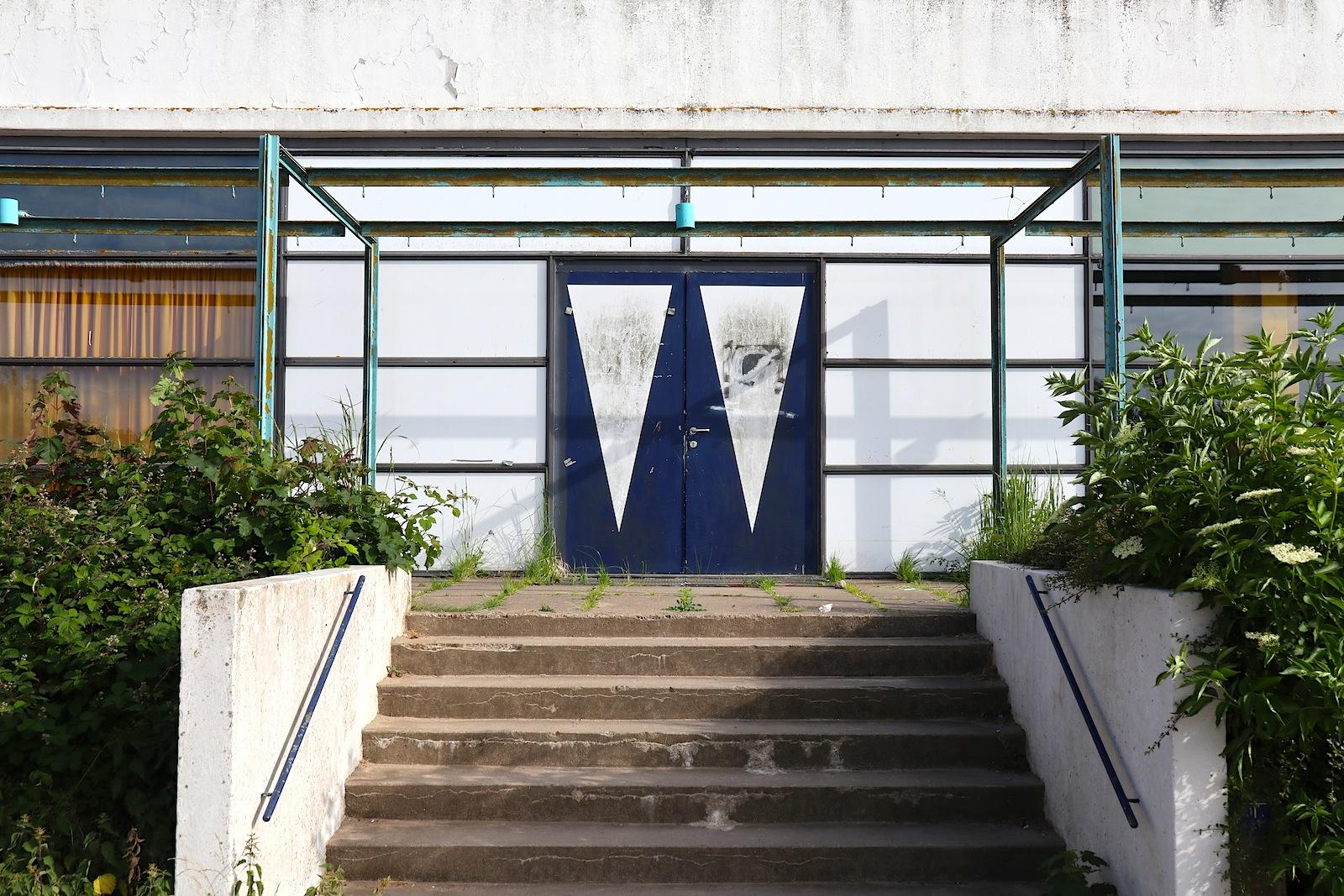 """Haus des Gastes. """"Von der Lampe bis zum Fußboden, überall steckt Jacobsen drin"""", so die Denkmalpfleger über das Gebäude."""