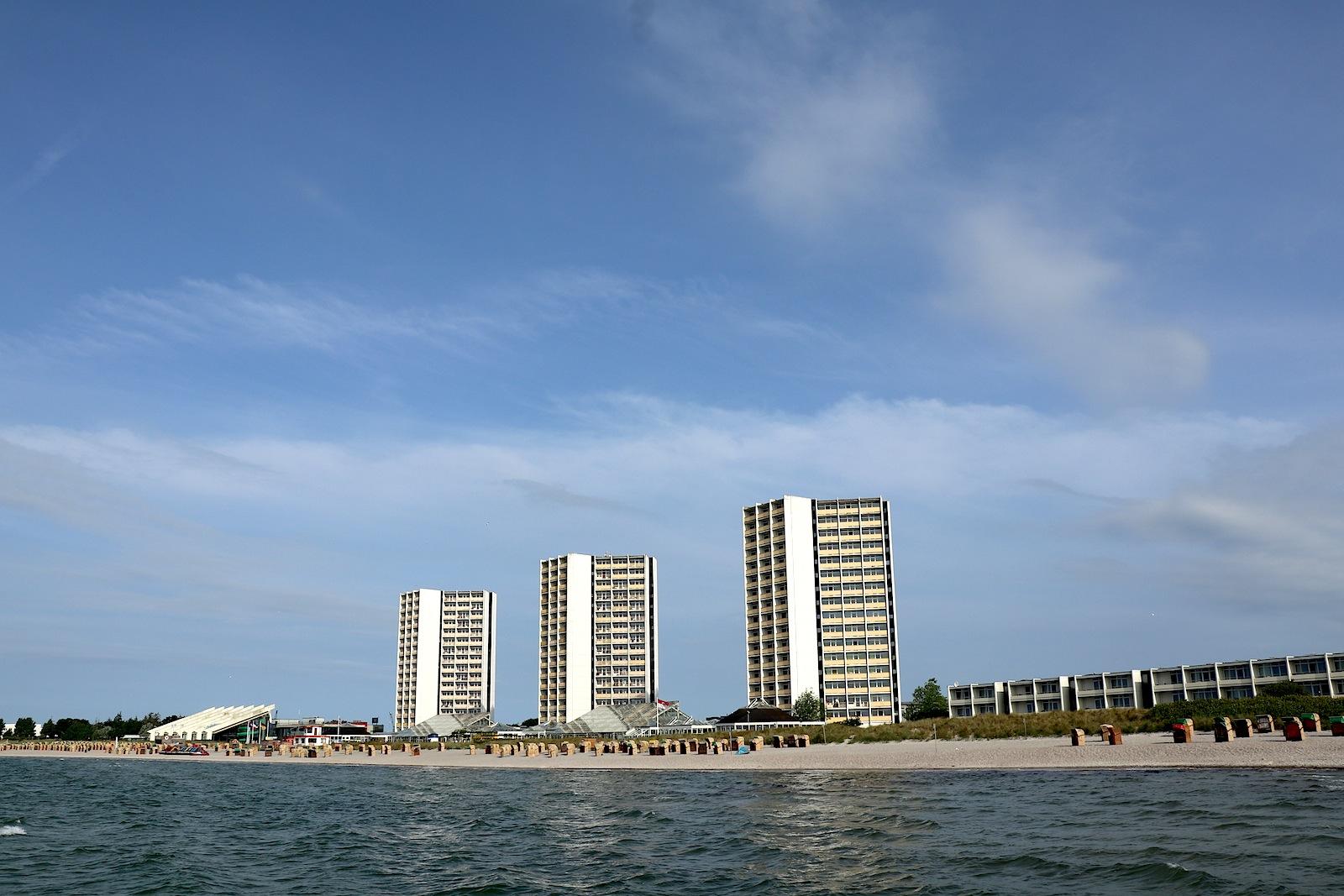 Das Ensemble. Die dänischen Architekten entwarfen Apartmenthäuser, Bungalows, die 17-geschossigen IFA-Fernblickhäuser (in der Mitte), das Meerwasserwellenbad (li.), das Haus des Kurgastes und das Vitamar (re.).