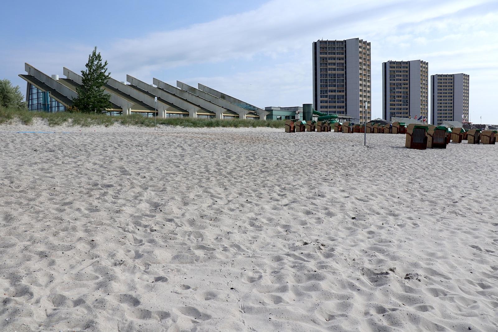 Der Südstrand. Für den Bau des Ferienzentrums wurde er zusätzlich künstlich aufgespült. Dünen trennen den Strand von der Südstrandpromenade ab.