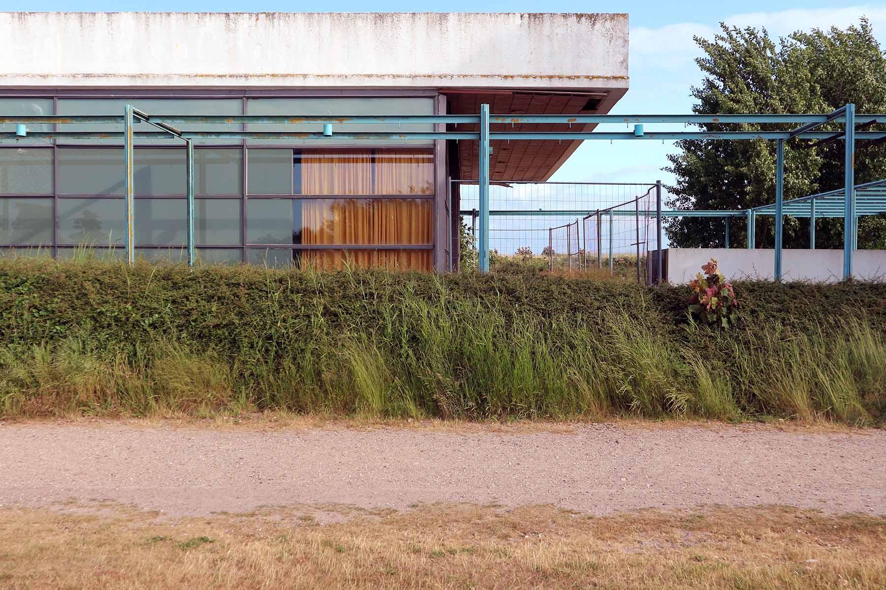 Haus des Gastes. Gebäude und Umfeld wirken vernachlässigt. Das abgesperrte Gebäude wird für temporäre Veranstaltungen genutzt.