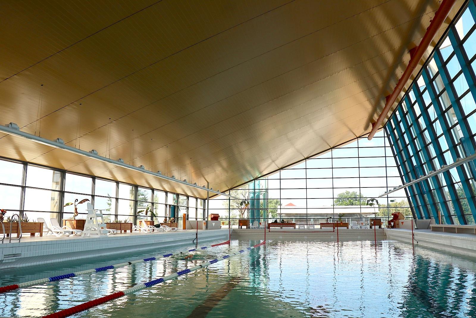 Meerwellenwasserbad. Das Ostsee-Heilbad mit dem spektakulär steil aufragenden Dach.