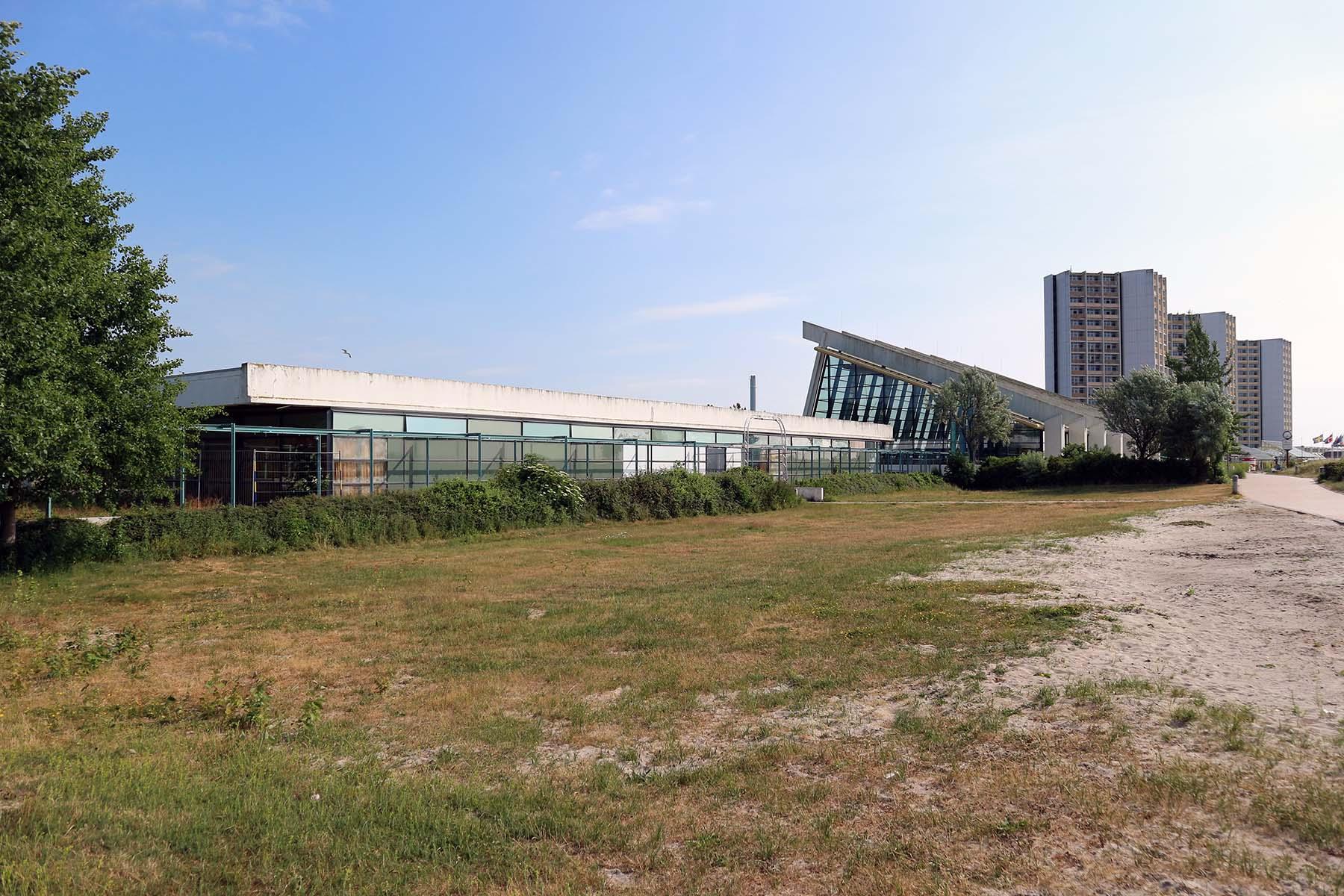 Trio. Das Haus des Kurgastes (li.) war das erste fertiggestellte Gebäude des Ferienzentrums.