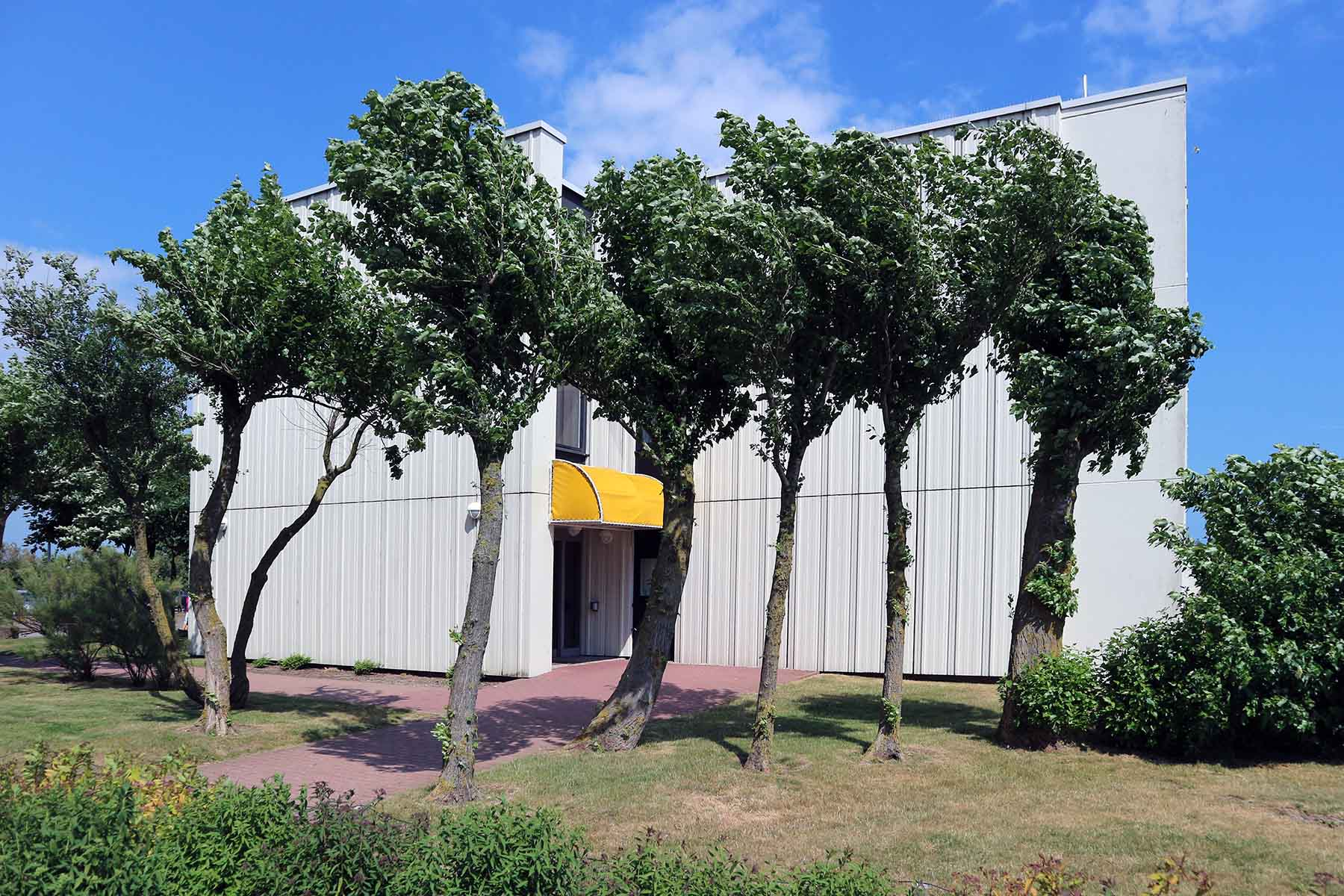 Vitamar. Die Apartmentanlage Vitamar grenzt östlich an die Fernblickhäuser an. Der Baustil ähnelt dem der Apartmenthäuser im Westteil der Halbinsel.