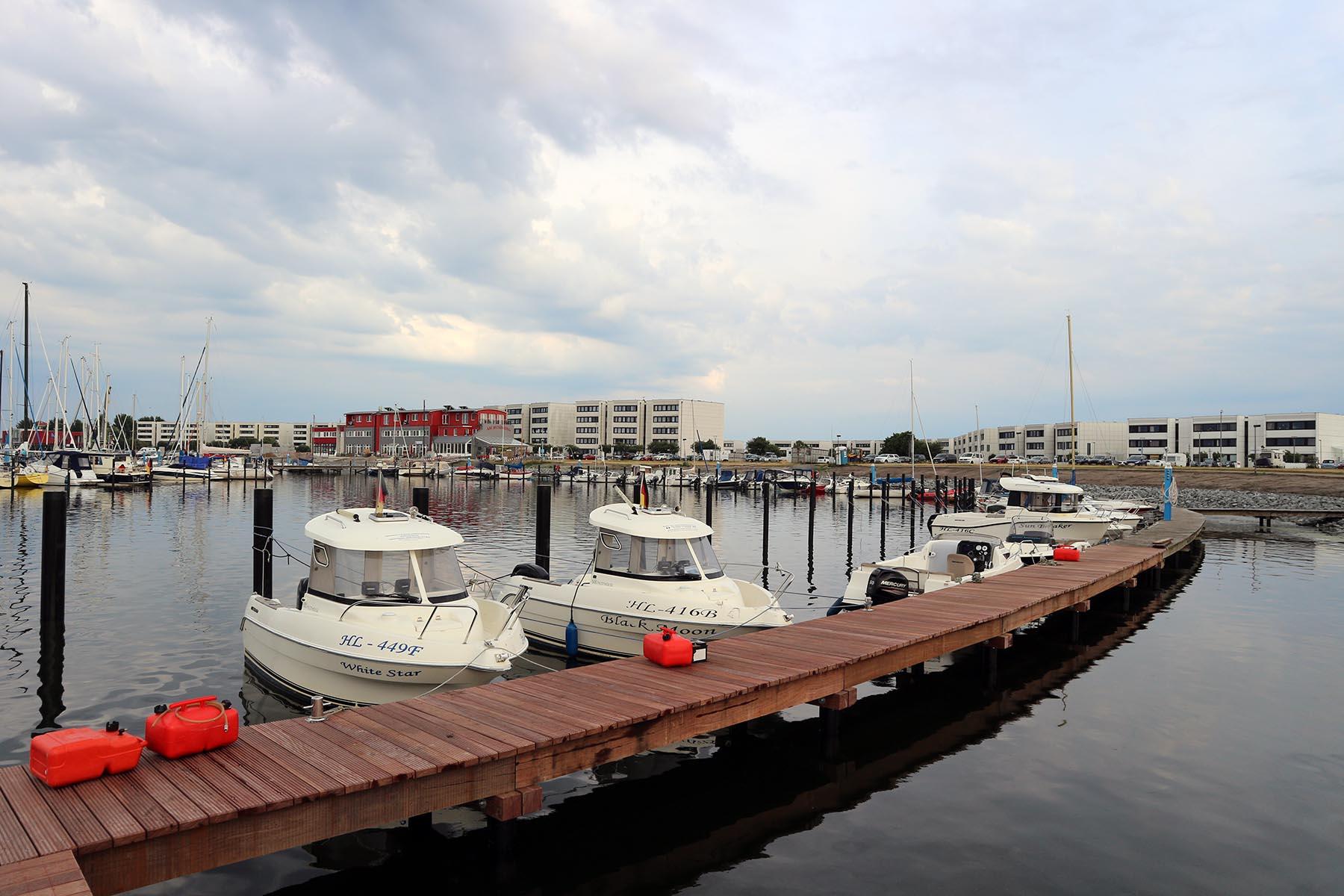 Yachthafen Burgtiefe. Die 1,4 km lange Promenade am Yachthafen wird bis 2020 umgebaut. Teil der Maßnahmen ist ein Aussichtsturm mit Rundumblick.