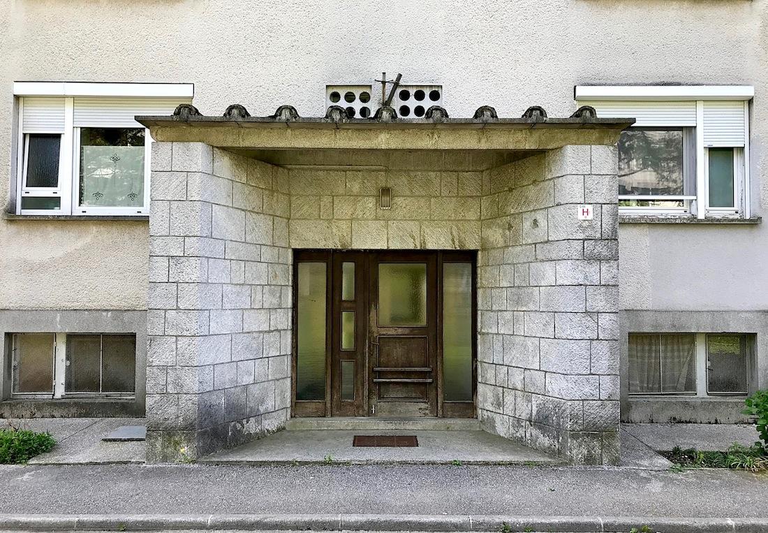 """Nova Gorica. Eingang des """"russisches Wohnblocks"""" von Edvard Ravnikar"""