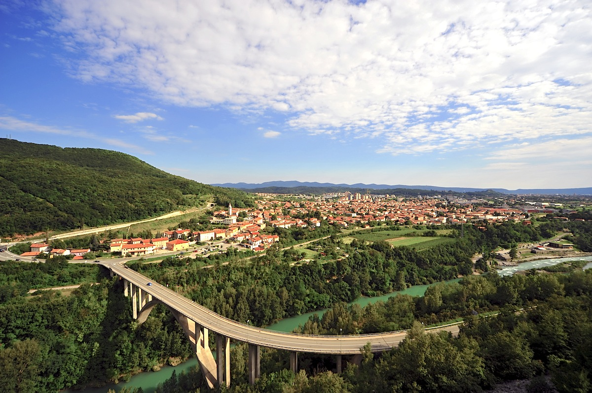 Nova Gorica. Straßenbrücke über den Isonzo-Fluss