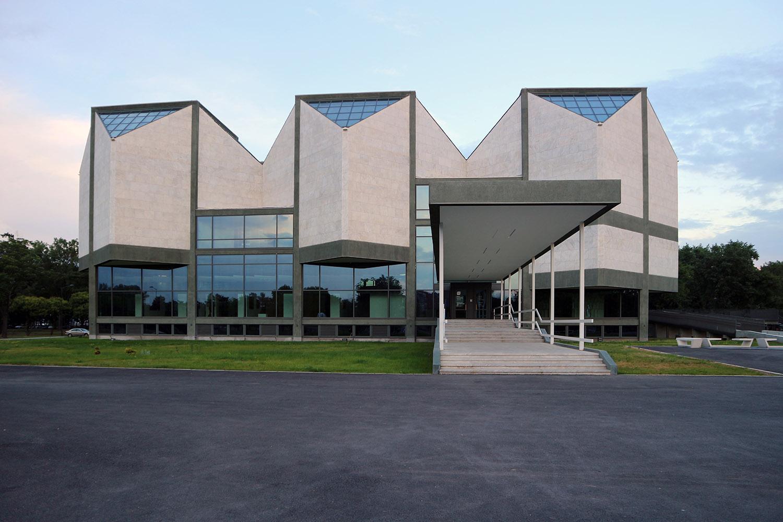 Museum für Zeitgenössische Kunst. Es entstand zwischen 1960 und 1965, wurde von den Architekten Ivan Antić und Ivanka Raspopović entworfen und hat eine Gesamtfläche von 5.055 Quadratmetern.