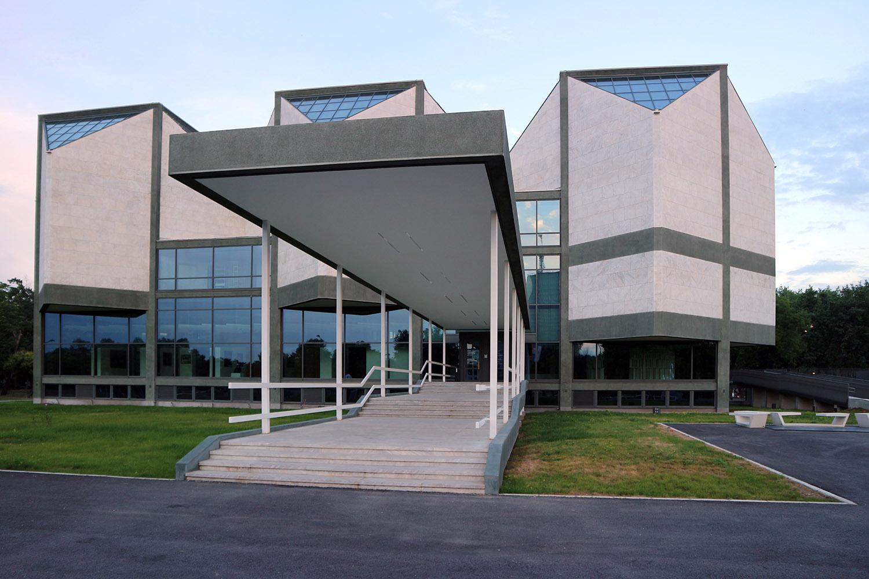 Museum für Zeitgenössische Kunst. Ein polymorpher Kristall, gefügt aus sechs angefasten Würfeln.