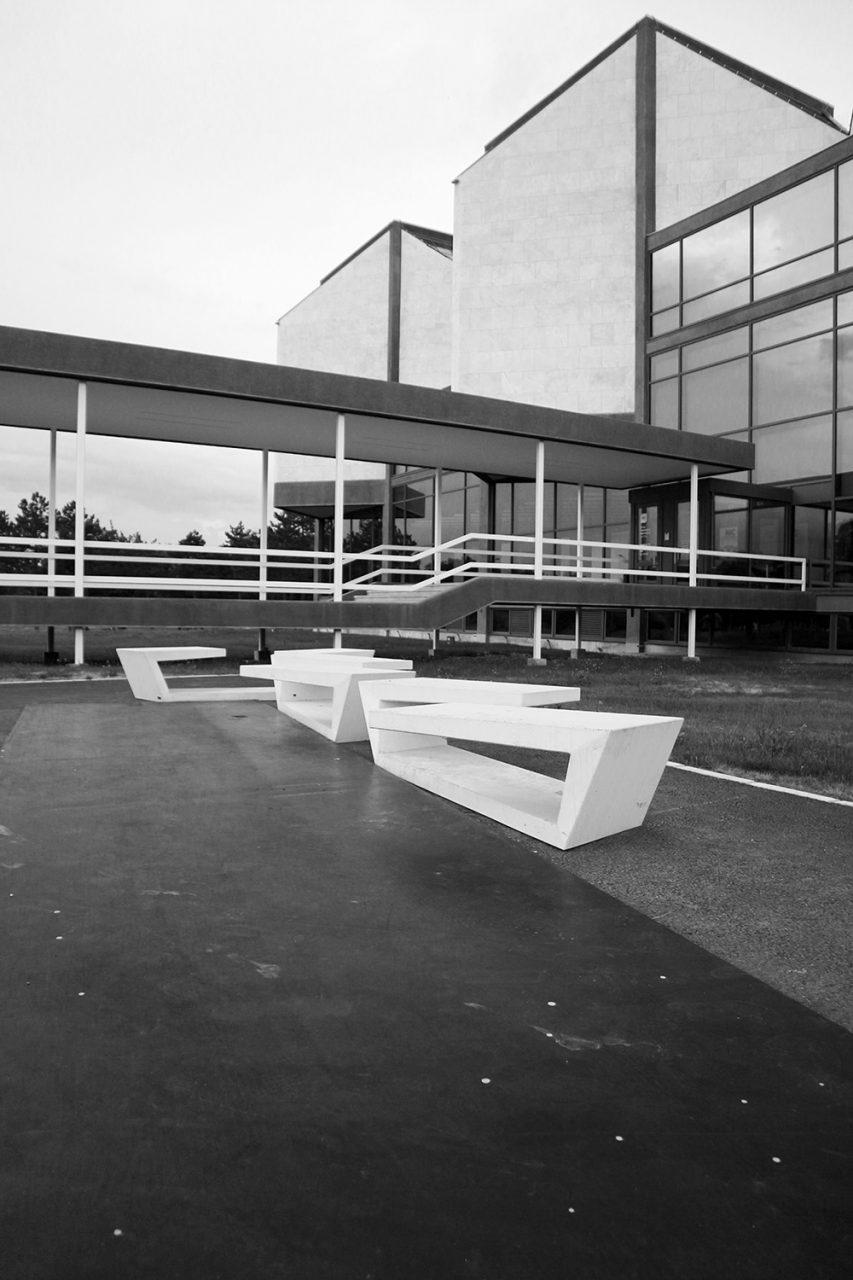 Museum für Zeitgenössische Kunst. Die Fassade ist überwiegend mit weißen Marmorplatten verkleidet.