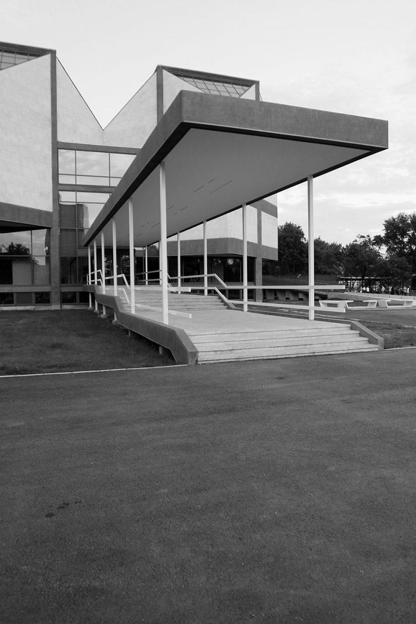 Museum für Zeitgenössische Kunst. Eine schmale langestreckte Treppenanlage führt zum Haupteingang.